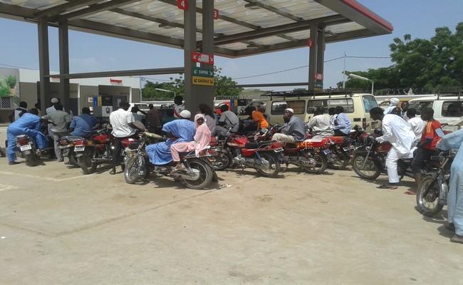 Tchad: après la baisse annoncée des salaires des fonctionnaires, le gouvernement confirme une hausse des taxes sur les carburants