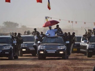 Insolite: le Président Idriss Déby a-t-il peur de se faire voler ses chaussures lors des cérémonies funéraires ?