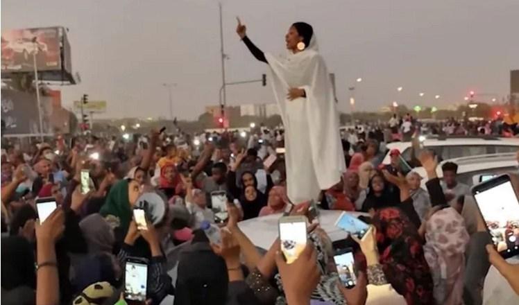 Soudan: qui est cette jeune étudiante vêtue de blanc qui mène la révolte contre Oumar el-Béchir ?