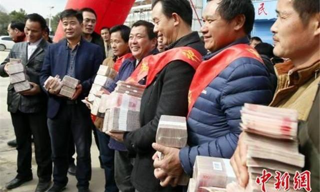 เพื่อเป็นขวัญกำลังใจ! เจ้าของนาข้าวจีนแจกโบนัสให้คนงานหลายล้านหยวน