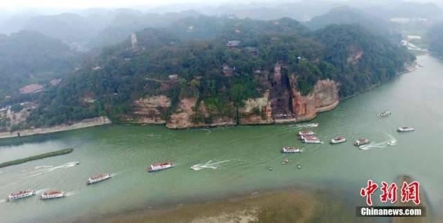 นักท่องเที่ยวแห่ชมพระพุทธรูปเล่อซานในเสฉวน