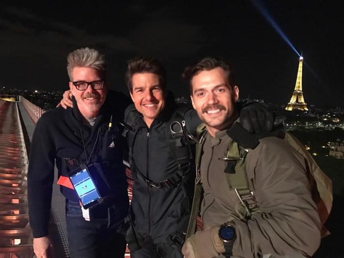 Regizorul Christopher McQuarrie, alături de Tom Cruise şi noul venit în franciză Henry Cavill