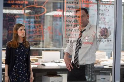 Ben Affleck și Anna Kendrick în The Accountant (2016)