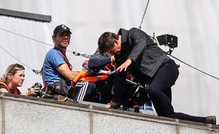 Tom Cruise in timpul cascadoriei in care s-a ranit la filmarile pentru Mission Impossible 6