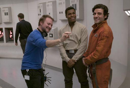 Regizorul Rian Johnson, cu John Boyega (Finn) și Oscar Isaac (Poe Dameron)