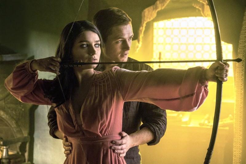 Taron Egerton (Robin Hood) şi actriţa Eve Hewson (Lady Marian)