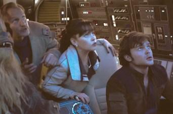Joonas Suotamo este Chewbacca, Woody Harrelson este Beckett, Emilia Clarke este Qi'Ra si Alden Ehrenreich este Han Solo in SOLO: A STAR WARS STORY