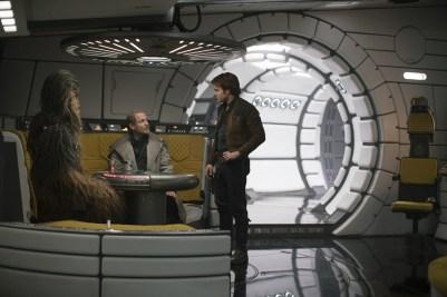 Chewbacca, Tobias Beckett si Han Solo in nava Millennium Falcon