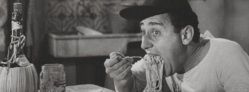 Alberto Sordi nella famosa scena di Un americano a Roma in cui addenta un'enorme forchettata di spaghetti