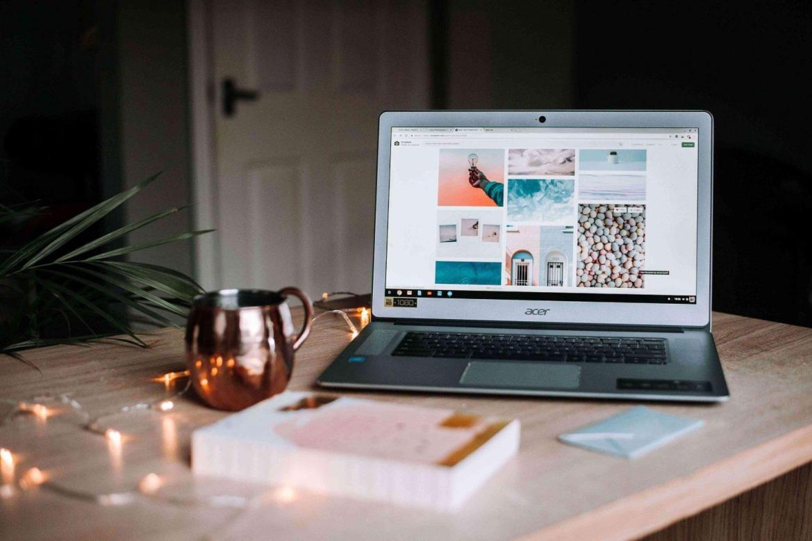 mom-blogging-on-laptop-teachworkoutlove.com