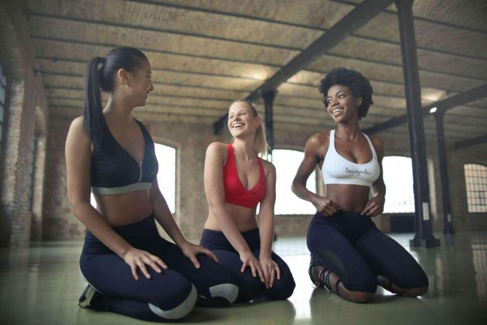 girls-exercising-in-groups-teachworkoutlove.com