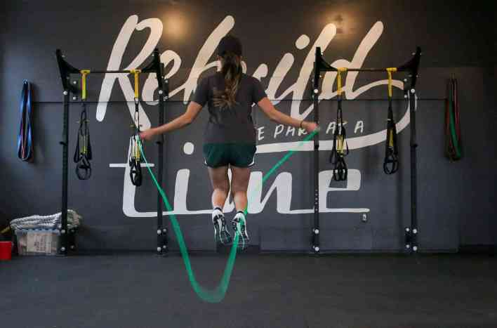 woman-skipping-rope-losing-weight-teachworkoutlove.com