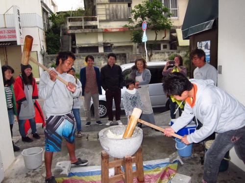 沖縄餅つきの様子を写真で紹介