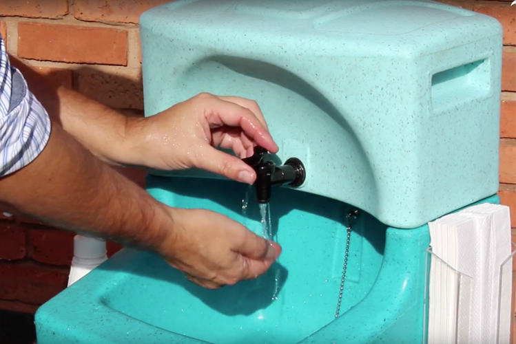 Washing hands in catering situations with mobile sinks