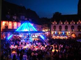 """Als Mittelpunkt des 29. Altstadtfestes in Goslar präsentiert sich an allen drei Tagen eine überdimensionale Party-Pyramide auf dem historischen Marktplatz der Weltkulturerbestadt. Insgesamt sorgen acht Bühnen und zehn weitere Veranstaltungsplätze für Unterhaltung und Partystimmungbei bei den Besuchern der """"Altstadt-Sause"""". (Bild: gmg)"""