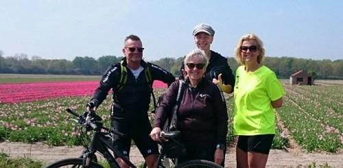 foto van de fietsers bij een bollenveld