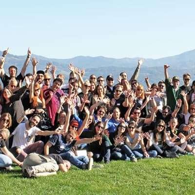 Teamfoto von LinkedIn Austria beim Teambuilding Event am Red Bull Ring. Lachende Gesichter.