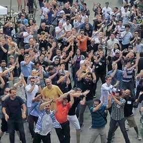 Team führt als Teambuilding einen Flashmob vor