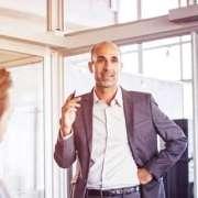 Rhetorikkünster überzeugt Mitarbeiter mit professioneller Gesprächsführung