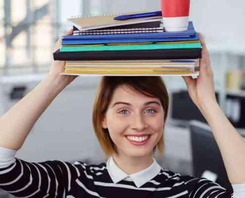 junge frau blanciert akten und repräsentiert work-life-balance oder work-life-integration