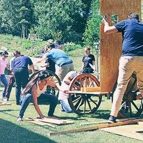 Ein Team baut einen Bausatz für einen Streitwagen zusammen.