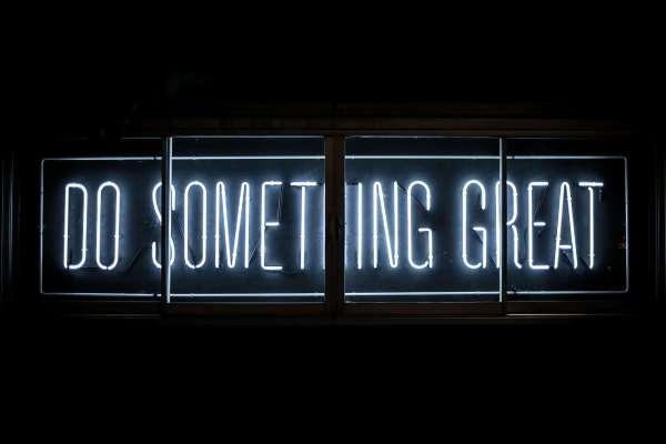 """Schild motiviert zum Teambuilding indem es sagt """"Do somehting great"""""""