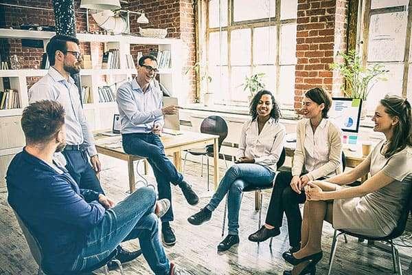 Gruppe redet bei Workshop über agile Leadership Methoden