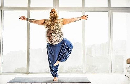 Mann macht Yoga und einen Persönlichkeitstest Introvertiert-Extrovertiert Neurotisch-Stabil