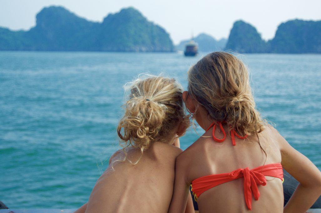 Lou et Ella face à la baie Halong
