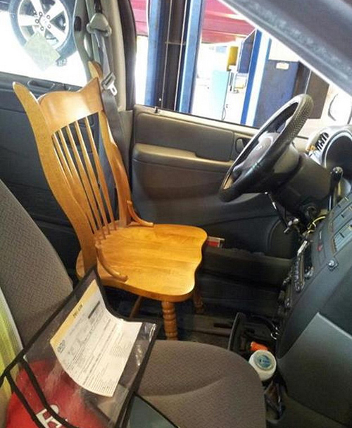kitchen chair for car seat, redneck solutions there i fixed it, funny pictures funny people worst family photos bad family awkward family photos random humor college humor photobombs weird people worst bad tattoos strange that's what she said wtf epic fails