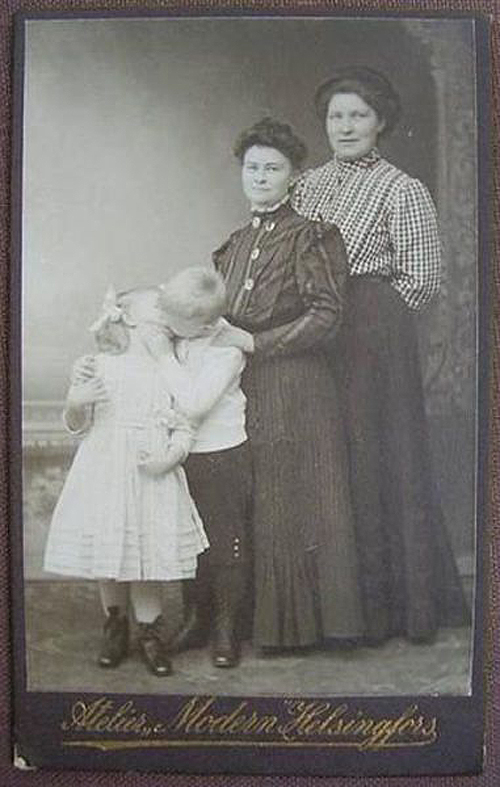 vintage family photos kids kissing Family Portraits Bad Family Photos Ellen worst family pics funny pictures awkward family photos wtf ugly people stupid people crazy weird