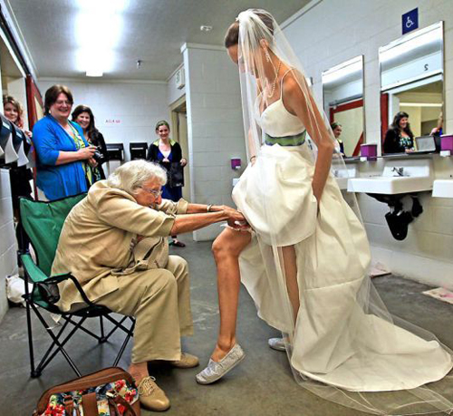 grandma grandmother putting garter on bride Funny Wedding Pictures Bad Wedding photos worst wedding pic ugly wedding dresses drunk bride groomsmen awkward family photos bad family bridesmaid dresses wedding receptions wedding djs russian wedding worst tattoos bad tattoos