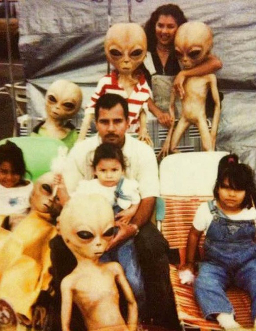 family with aliens Bad Family Portraits, Bad Family Photos, Ellen, funny family photos, worst family pics, funny pictures, awkward family photos, wtf, ugly people, stupid people, crazy people, people of walmart