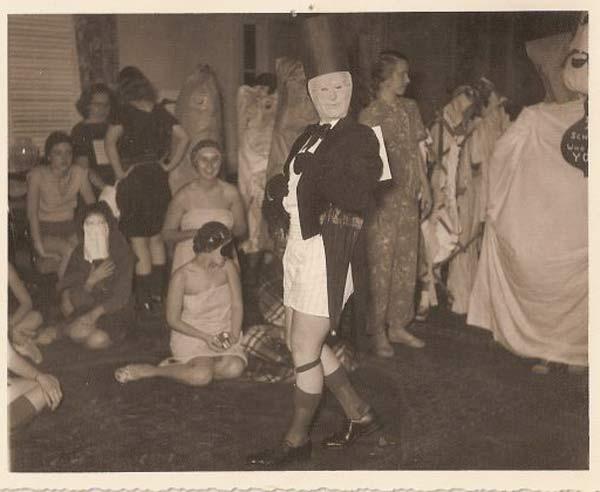 26 Weird Vintage Photos From The Creepy Olden Days  Team -6801