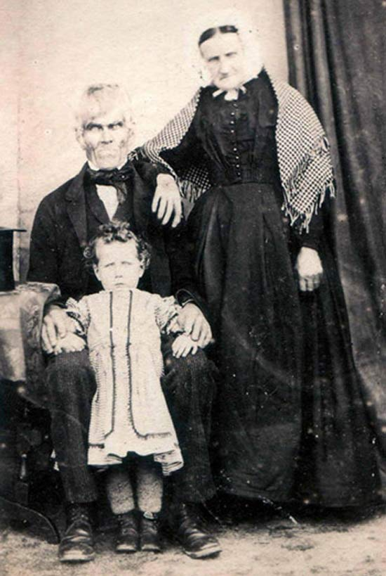 Vintage Creepy Family Portrait ~ 25 Scary Photos