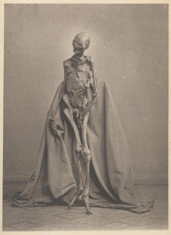 Creepy Old Vintage Photos~ mummy portrait