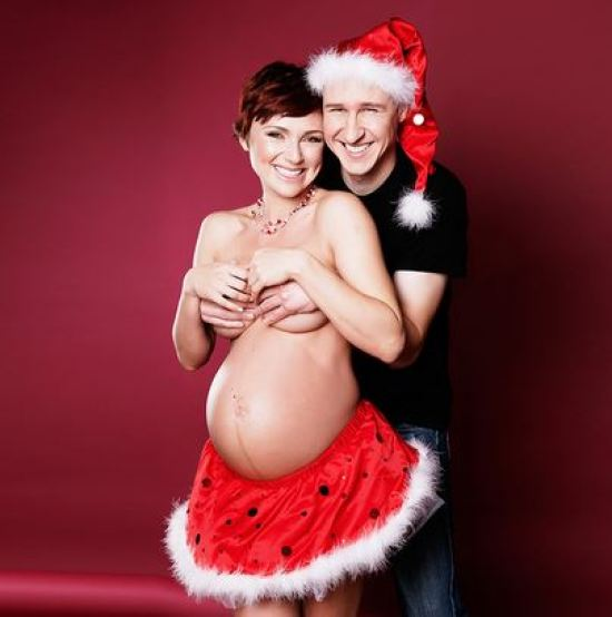 26 Funny Awkward Christmas Photos ~ bad pregnancy card, belly hanging out