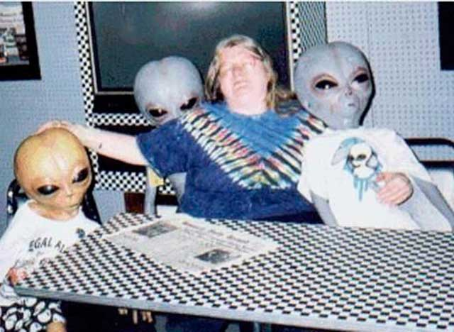 Funny Awkward Family Photos: woman at kitchen table with aliens