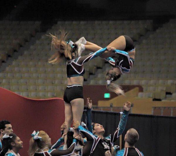 Funny pics~ Cheerleading lift kicked in face