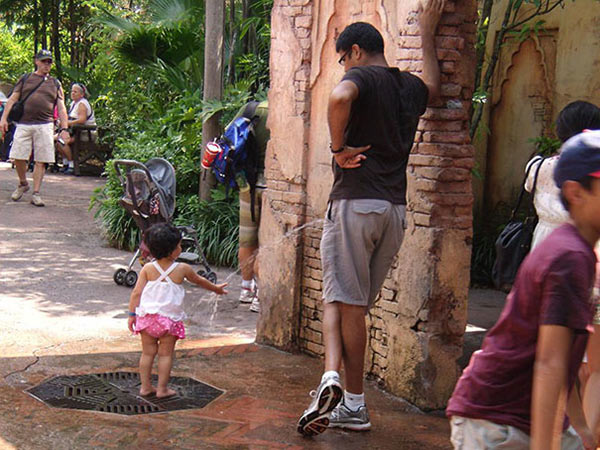 perfectly-timed-dad-peeing-girl-drinking-