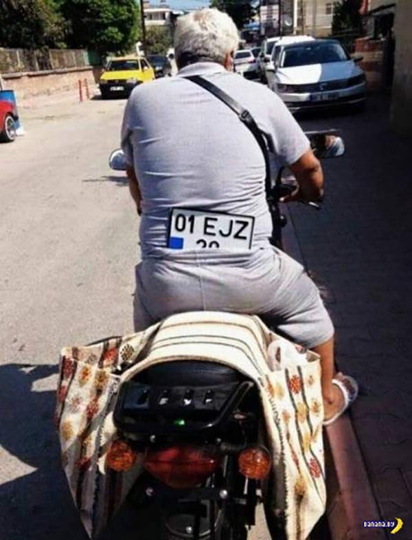 35 Funny Pics ~ man on motorcycle with license plate in his pants
