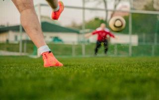 Fußball Challenge: Nahaufnahme Schuss auf das Tor