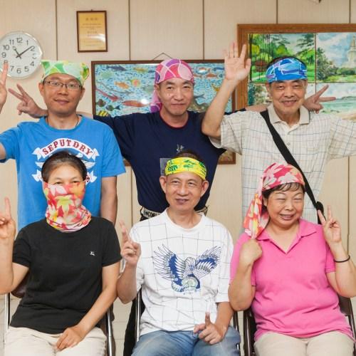 畫畫班成員帶著魔術頭巾