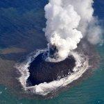 La erupción de un volcán en Japón forma una nueva isla.