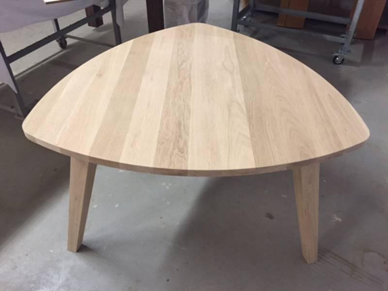 Eettafel driehoek unieke vorm taps  Te Boveldt