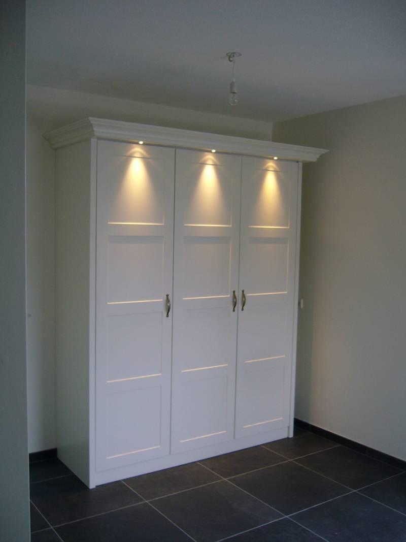 Kledingkast sierlijst paneeldeuren spots zijdeglans wit