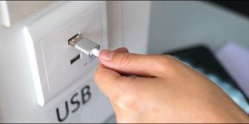 كيف تحمي نفسك من مخاطر منافذ الشحن العام للهاتف الذكى Public USB Charging Ports