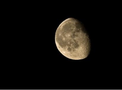 : أتحداك أن تنقر على شيء فيها إلا القمر.