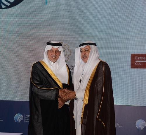 الامير خالد الفيصل اثناء تكريم د . خالد البياري في منتدى جدة الاقتصادي