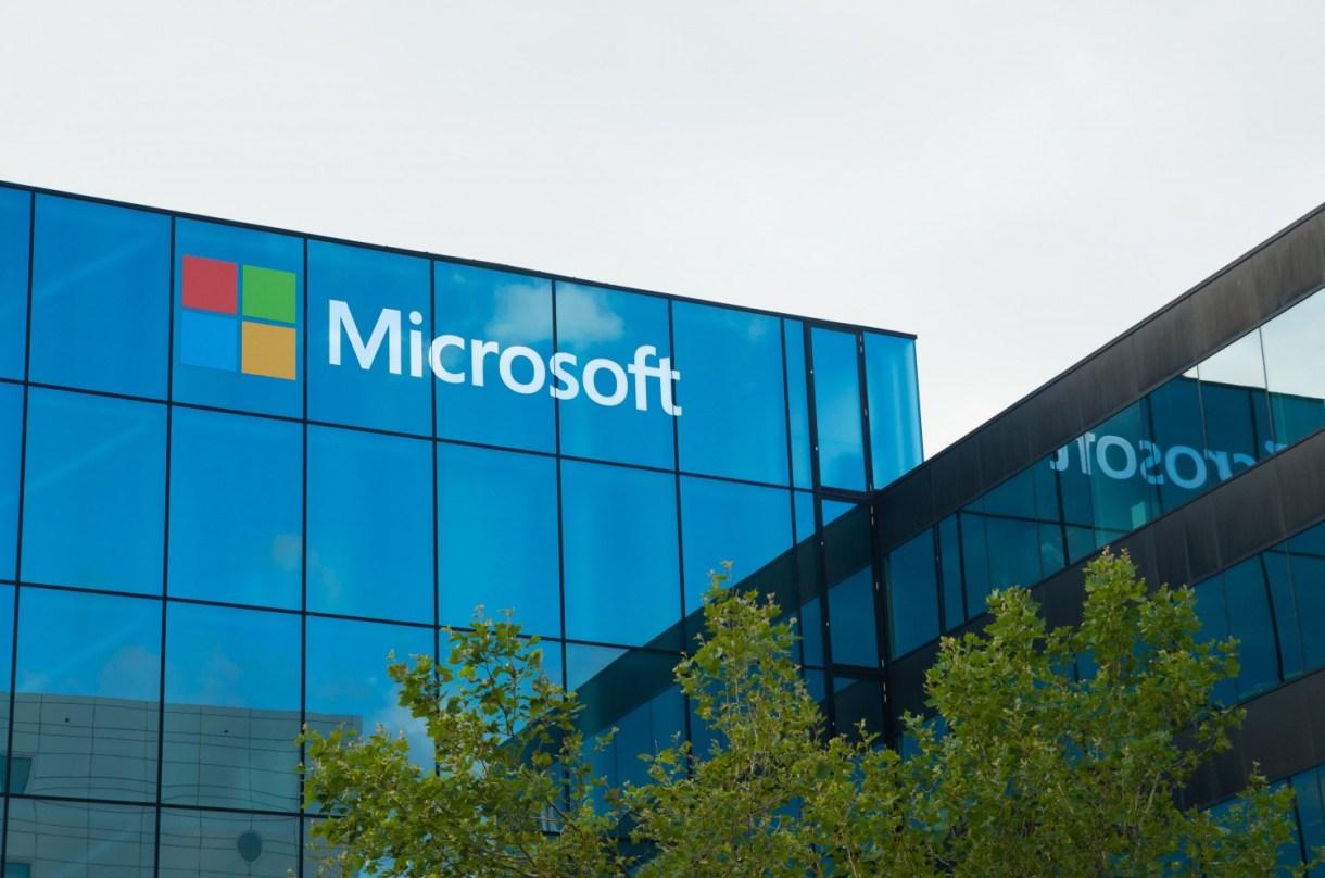 مايكروسوفت تخطط لدمج لينكد ان مع خدمة البريد الالكتروني أوت لوك